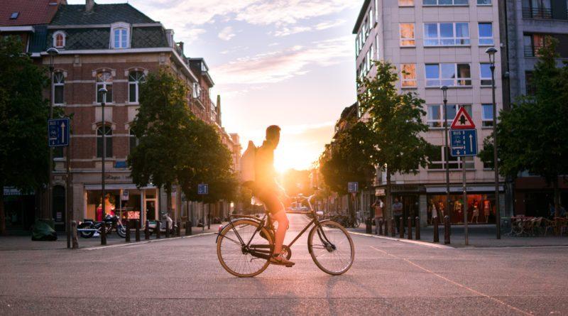 Impulsan el uso de la bicicleta y la caminata para mejorar el espacio público
